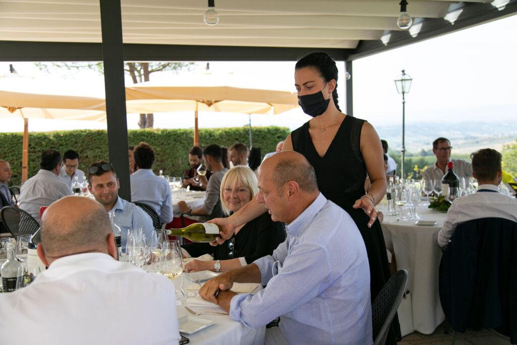 evento_giulia-serve-vino (EVENTO SERGIO)